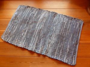R119: blue jeans denim on medium tones